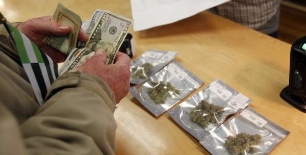 Comprando en un dispensario que vende a consumidores con fines recreativos. Foto: www.ilpost.it