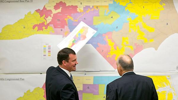 Senadores estatales republicanos revisan mapas históricos durante el Comité de Redistribución de Distritos del Senado para la Sesión Extra 2016. Foto: Corey Lowenstein / The News & Observer, Archivo vía AP.