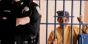 Un niño encarcelado en Filadelfia por posesión de una peña cantidad de mariguana. Foto: www.huffingtonpost.com.
