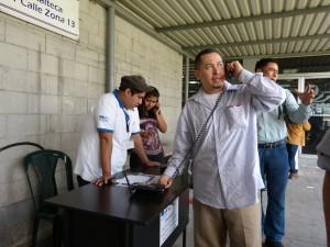 Migrantes retornados haciendo llamadas a sus familias desde el aeropuerto de la Fuerza Aérea Guatemalteca.