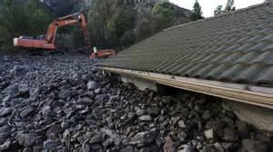 Las piedras que rodaron ladera abajo cubrieron casi en su totalidad algunas viviendas. Foto: www.smh.com.au