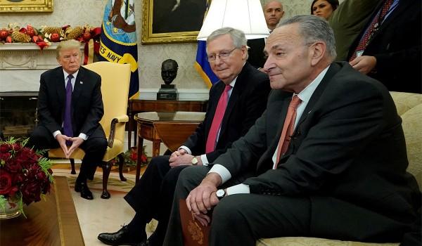 En el salon Oval de la Casa Blanca, el presidente Donald Trump, el líder de la mayoría en el Senado, Mitch McConnell y su colega demócrata Charles Schumer. Foto: www.nationareview.com.