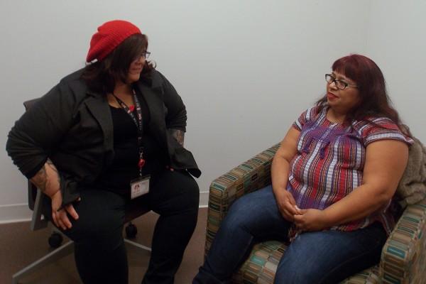 Fanny Ortiz (derecha), quien abandonó un matrimonio abusivo hace una década, se encuentra cada semana con la terapeuta Brittany Martínez en el Centro para Mujeres del Este de Los Ángeles. La oficina está ubicada en el campus de Los Ángeles-USC Medical Center. (Anna Gorman/California Healthline)