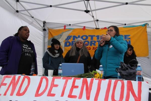 Partidarios de los huelguistas convocaron a un mitin este domingo a la 1 PM, a las puertas de las instalaciones del NWDC en Tacoma, Washington. Al micrófono, la activista Maru Mora Villalpando. Foto: cortesía del grupo 'Resistencia al NWDC'.