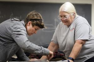 Mary Jo Emrick works con James Mescall durante una clase de soldadura en el Colegio Comunitario de Austin. Foto: Montinique Monroe KUT.