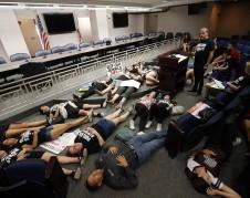 Una representación de 17 jóvenes muertos en la sede de la Legislatura estatal de La Florida, de los miles de estudiantes que no asistieron a clases y viajaron desde Parkland hasta Tallahassee para manifestar su coraje y su intención de retirar las armas de fuego de alto poder. Foto: dailymail.co.uk.