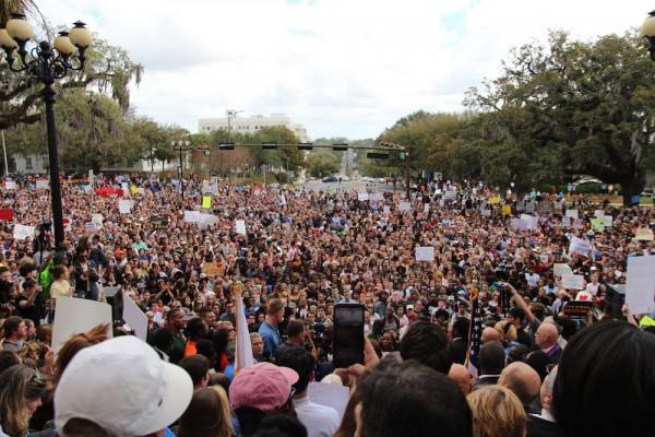 Mintin estudiantil de protesta de la preparatoria Marjory Stoneman Douglas y aliados en Parkland, Florida. Foto: www.alligator.com.
