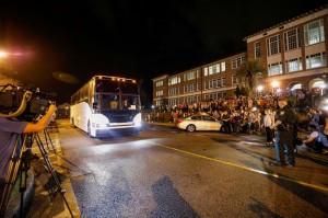 Uno de los autobuses que llevan estudiantes de Marjory Stoneman Douglas High School llega a Leon High School, antes de sus reuniones al día siguiente con los legisladores del estado de La Florida. Foto: Colin Hackley/Reuters.