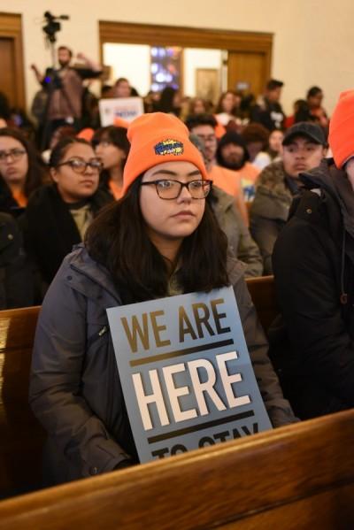 Ella un mujer joven que además de ser Dreaer se llama Berenice y con su letrero y actitud constata que los inmigrantes son parte indisoluble de esta realidad. Algo que como sociedad ya se sabe desde hace tiempo, pero que es importante remachar, porque el gobierno federal vigente busca omitirlo.
