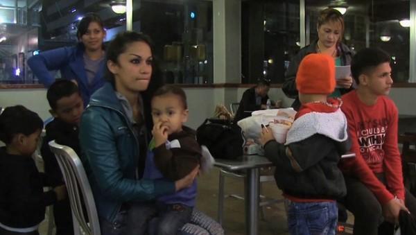 Familias en centro de detención antes de ser separadas. Foto: www. eslkevin.woedpress.com.