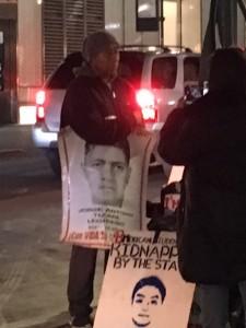 Antonio Tizapa frente al Consulado de México en Nueva York sostiene un cartel con la imagen de José Antonio Tizapa Leguideño, su hijo, desaparecido el 26 de septiembre de 2014 junto con otros 42 estudiantes normalistas de Ayotzinapa.
