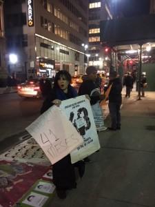 La escritora y dramaturga, Malú Huacuja del Toro, sostiene durante la protesta un par de carteles alusivos a los 41 meses y a la exigencia de la aparición con vida de los normalistas secuestrados por el gobierno de México, mientras cuenta en voz alta uno por uno hasta al número 43. Foto: MVG.