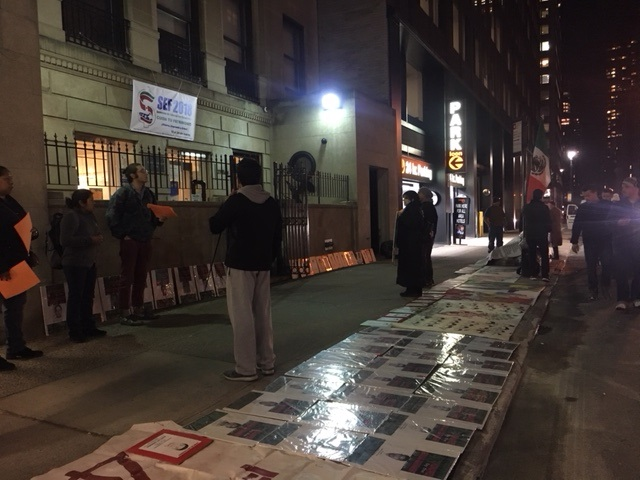 Fotos de los 43 en formato grande sobre la banqueta del Consulado General de México en la Ciudad de Nueva York, donde se llevó a cabo un recordatorio, el número 41, al gobierno mexicano sobre su responsabilidad en la desaparición de los 43 normalistas de Ayotzinapa, y la exigencia para que los aparezca.