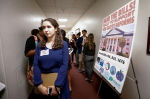 La estudiante Florence Yared, de tercer año de la preparatoria Marjory Stoneman Douglas, espera en un pasillo del Capitolio de La Florida hablar con los legisladores estatales sobre una legislación que podría prevenir futuras tragedias. Foto: Colin Hackley/Reuter.