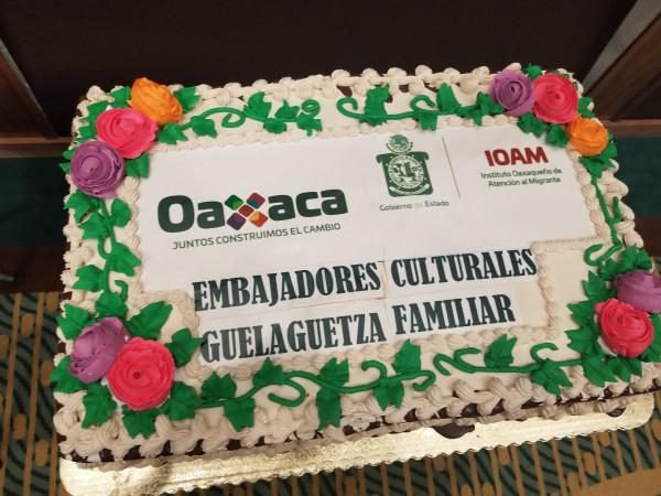 Pastel de bienvenida a la delegación de abuelitos oaxaqueños.