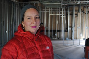 Katia Quijano hace concreto manchado. Ella toma fotos de sus jornaleros en caso de que alguna vez sea atacada. Foto: Alexandr Hart/ Texas Standard.