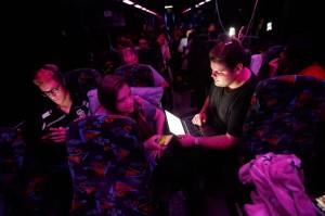 Sobrevivientes del tiroteo en  Marjory Stoneman Douglas High School escribe una carta abierta en el autobús que los lleva a Tallahassee, Fla. para manifestarse afuera del capitolio del estado y hablar con los legisladores sobre el control de armas. Foto: Yahoo.