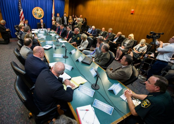 El gobernador de La Florida, Rick Scott, en el centro, realizó ayer una mesa redonda estatal sobre seguridad escolar en la capital del estado, Tallahassee, FL. Foto: Mark Wallheiser/AP.