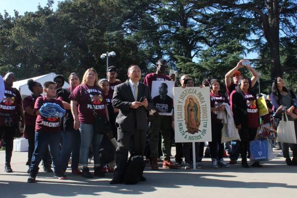 """Más de 1,000 residentes del Valle de San Joaquín se reunieron para ir al Capitolio estatal y abogar por un """"Golden State for All"""". Foto: Ana B. Ibarra/California Healthline."""