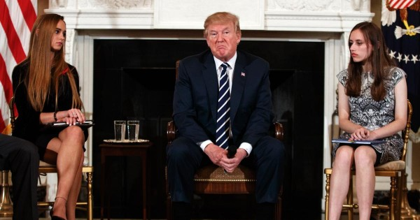 Trump, expresa un gesto de desdén durante la reunión que tuvo en la Casa Blanca con estudiantes sobrevivientes de anteriores y la actual masacre en la escuela preparatoria Marjory Stoneman Douglas en Rokeland, Florida. Foto: nydailynews.com.