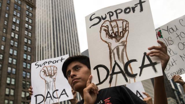 Inmigrantes defensores de DACA se manifiestan tras el receso de los senadores que fracasaron para pasar un proyecto que resuelva el asunto de los Dreamers. Foto: www.thehill.com.