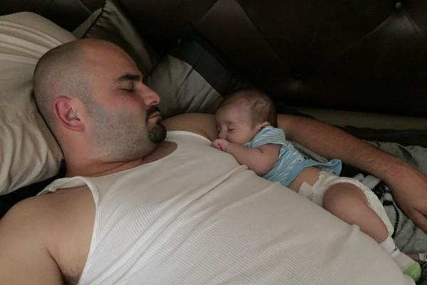 """Danny Contreras toma una siesta con su segundo hijo, Danny Jr., en 2016. El padre de Watsonville, California, tomó una licencia familiar pagada después del nacimiento de cada uno de sus hijos. """"Ese es el momento sagrado"""", dice. Foto: Cortesía de Danny Contreras."""
