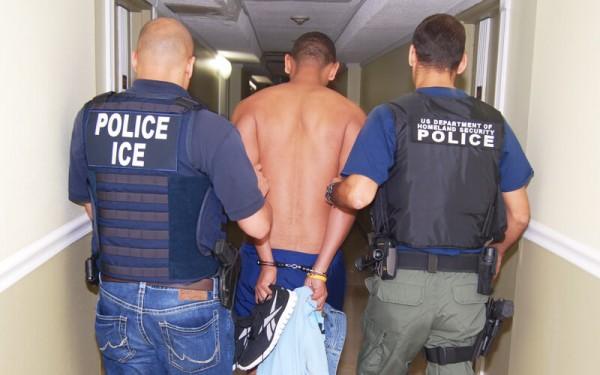 Inmigrante indocumentado detenido en el pasillo de una corte. Foto: www.reagancoalition.com.