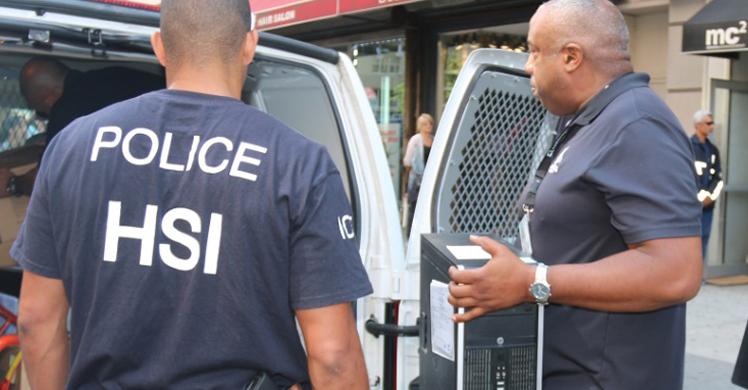 Agentes de HIS, una división investigativa de ICE. Foto: www.laweeikly.com