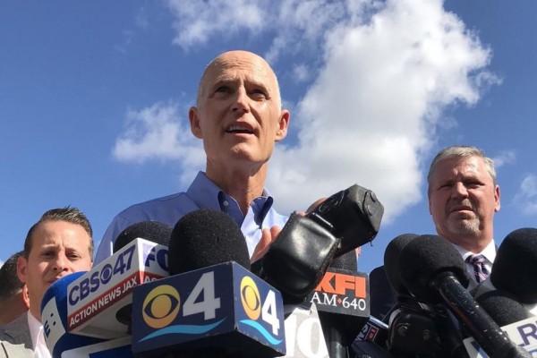 Gobernador de La Florida, Rick Scott, en declaraciones a cerca del tiroteo en la escuela preparatria de Parkland. Foto: www.floridapoliticis.com.