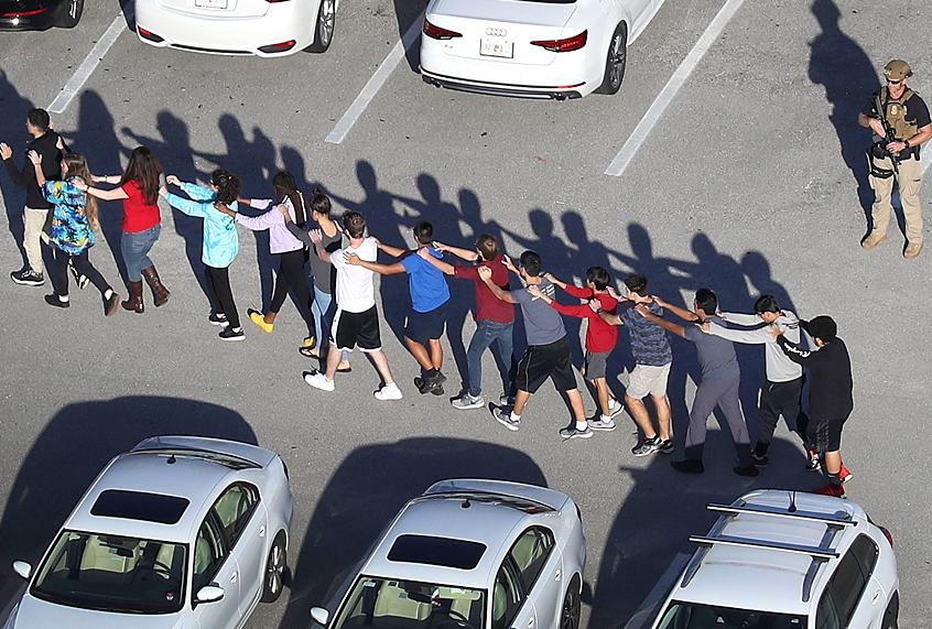 Estudiantes evacuados de la escuela Marjory Stoneman Douglas, en en Parkland, Florida el pasado 14 de febrero. Foto: www.salon.com