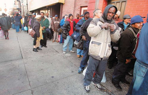 """Pobres """"invisibles"""" en Estados Unidos hacen cola en Phoenix, AZ., en busca de ayuda del gobierno para sobrevivir ese día. Foto: www.theredphoenixapl.com"""