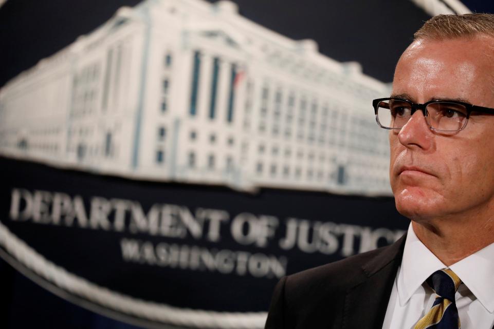 El ex director del FBI Andrew McCabe durante una conferencia de prensa. Foto: Newsweek.