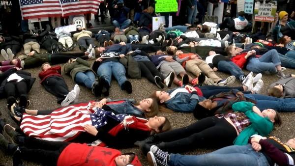 Representación de los muertos en la escuela de Prkland, FL, por la violencia y el acceso a las armas. Foto: www.abcnews.com.