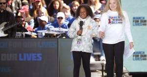 Yolanda Renee King, compañada por Jaclyn Corin , en el podio de Washington, DC, durante la manifestación liderada por los estudiantes. Foto: blackamerican.com