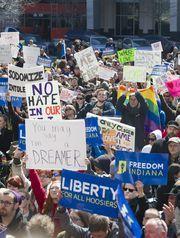 Gobernador de Indiana apoya proyecto de ley senatorial 419 opara licencias profesionales a los dacamentados. Foto: www.courier-journal.com.