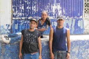 Migrantes de Honduras descansan a la sombra a un lado de las vías del tren en Chahuites, Oaxaca. En el 2014 México se instaló más retenes en el ferrocarril y las carreteras del sur de país y ahora los migrantes tienen que realizar una caminata peligrosa para rodearlos exponiéndose a mayores peligros.