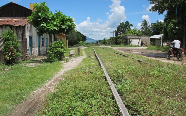 Las vías del tren en Chahuites. Algunos migrantes pasan semanas caminando por el ferrocarril en el sur de México donde se enfrentan altos riesgos de robo, secuestro y asalto sexual.
