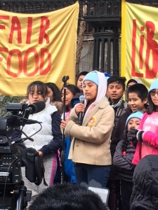 La niña Lizbeth que tomo el relevo generacional y comenzó a organizar desde el micrófono a la gente que se reunía en el parque aledaño a la ONU. Foto: MVG.
