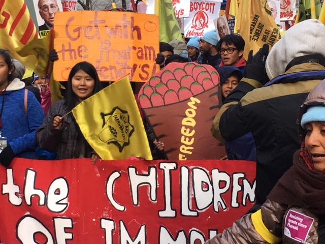 En el arranque de la marcha junto, hijos de los pizcadores de tomate de Immokalee, Florida, encabezan un contingente. Foto: MVG.