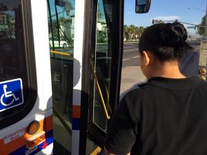 Yocelyn toma un autobús todas las mañanas para llegar a su trabajo de camarera cerca de Disneylandia.