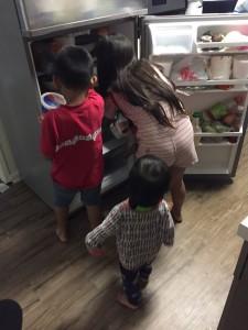 Cuando Yocelyn está en su trabajo durante el fin de semana los niños se quedan al cuidado de su tío que también tiene varisela y está en cama.