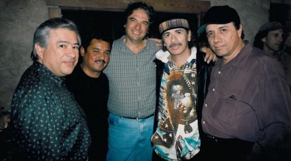 Moctesuma Esparza (Izq) con un individuo no identificado y también el director Gregory Nava, Carlos Santana y Edward James Olmos. Foto: cortesía de Moctesuma Esparza.