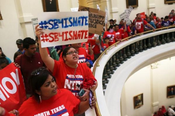Manifestantes protestan contra la ley SB4 en el Capitolio de Texas, en Austin, el lunes 29 de mayo de 2017. Foto: San Antonio Express-News.