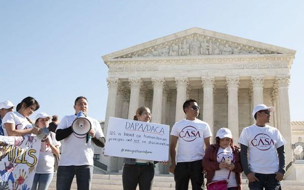 Protesta frente a la Suprema Corte de Justicia de soñadores 'dacamentados' que reclamaban su derecho a tener una licencia de conducir. Foto: www.cronkitenews.azpbs.org.