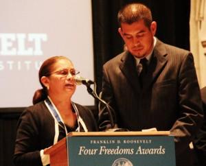 Gerardo Reyes y Nelly Rodríguez a nombre de la Coalición de Trabajadores de Immokalee reciben el prestigiado reconocimiento de la familia de Franklin D. Rooselvet, Four Freedoms Medal en una iglesia del Uper East Side de Manhatan. Foto: MVG.