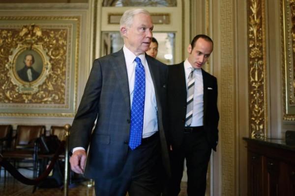 El Fiscal General de la nación, Jeff Sessions y uno de los más recalcitrantes antinmigrante de la administración federal, Steve Miller. Foto: Getty.