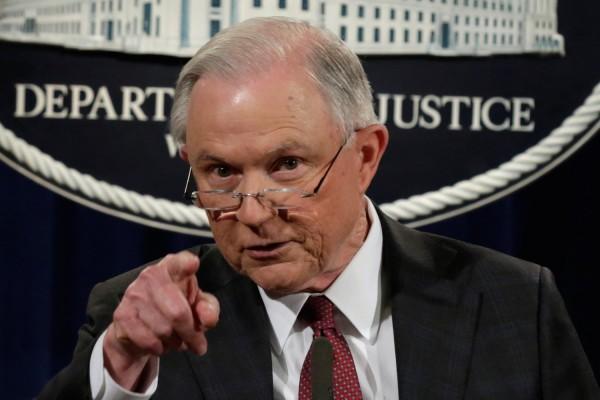 El Procurador General de la nación apunta con el dedo a las ciudades santuario. Foto: www.dailywire.com.