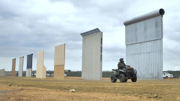 Prototipos del muro fronteriozo que visita hoy Trump. Foto: LA Times