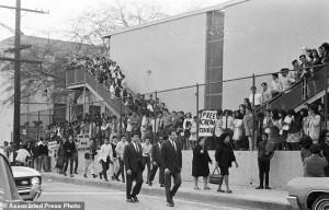 Inicio de una de las huelgas estudiantiles donde los jóvenes se lanzan a la calle a protestar por sus derechos, en el Este de Los Ángeles, 1968. Foto: www.dailymail.co.uk.