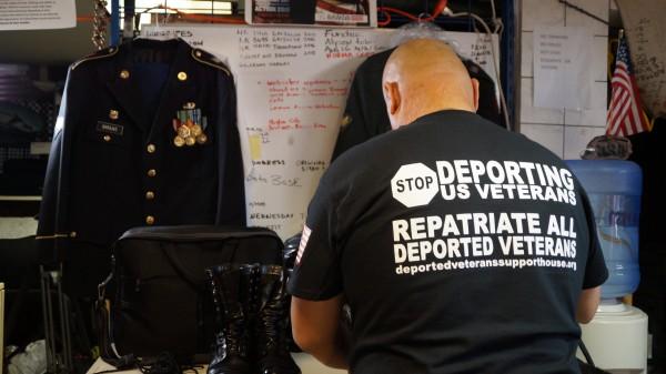 Héctor Barajas (de espaldas) prepara en el Bunker de Tijuana sus maletas para regresar a Estados Unidos a pasar, en unas horas, de soldado deportado a ciudadano estadunidense.